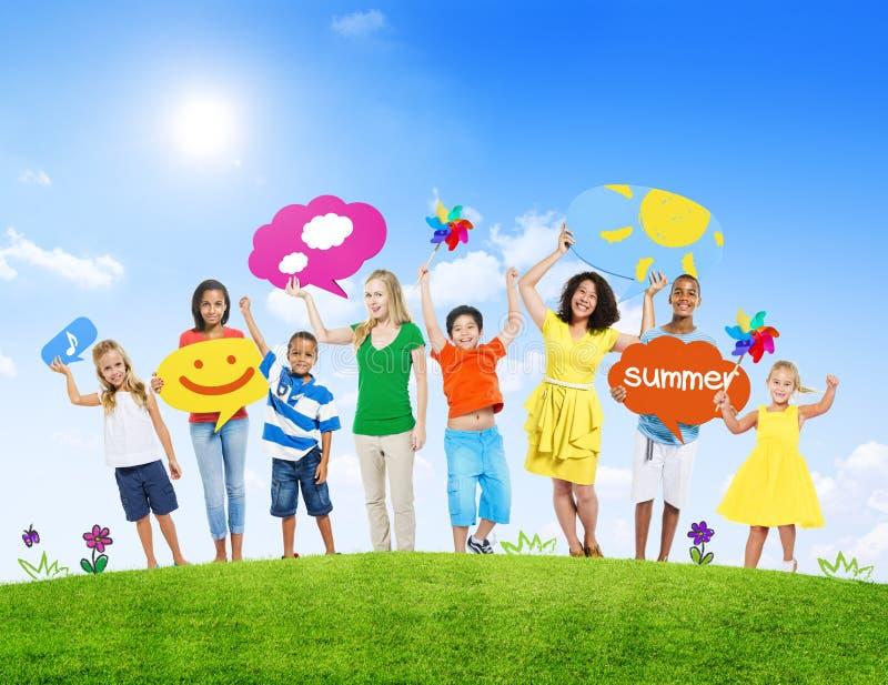 Grupp av ungar och unga kvinnor och sommarbegreppet royaltyfri bild
