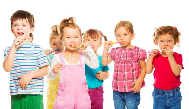 Grupp av ungar som borstar deras tänder arkivbild