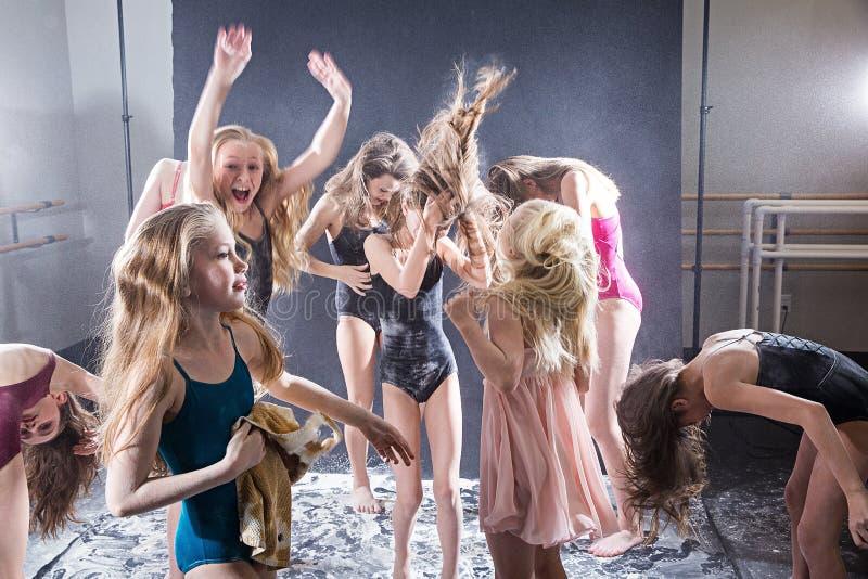 Grupp av ungar som spelar i ett smutsigt rum royaltyfri fotografi