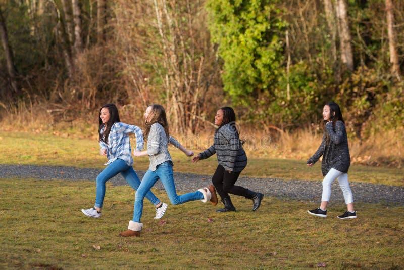 Grupp av ungar som utanför kör och spelar fotografering för bildbyråer