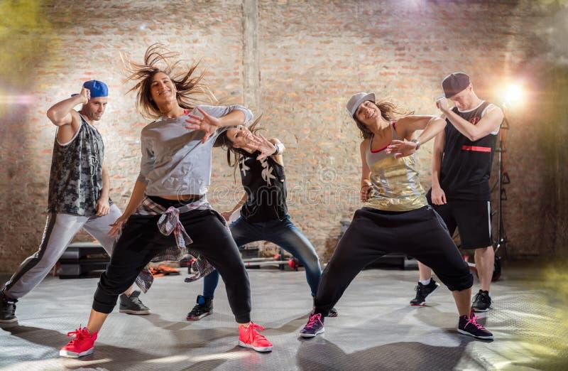Grupp av ungdomaratt dansa royaltyfri foto