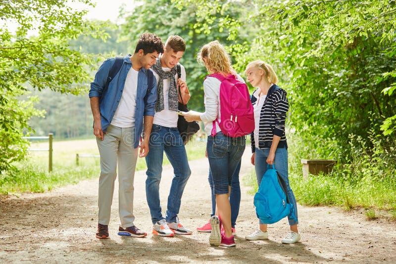 Grupp av ungdomaratt fotvandra arkivfoton