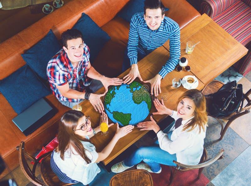 Grupp av ungdomarmed en teckning av en planetjord royaltyfria bilder