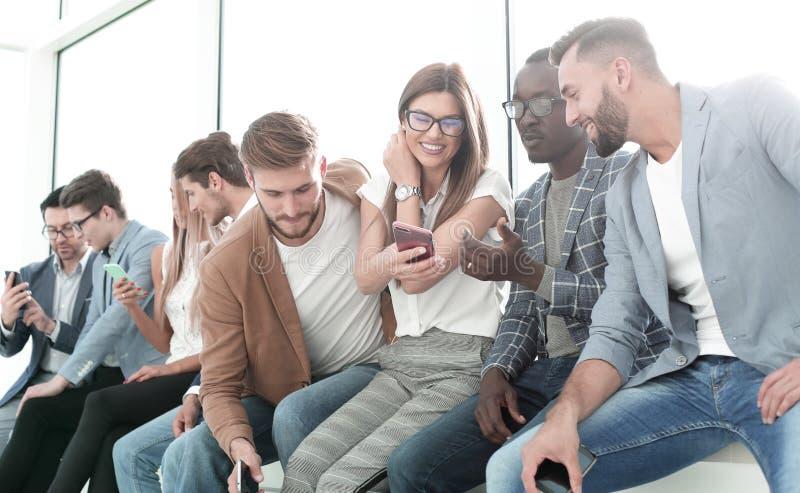 Grupp av ungdomarsom diskuterar ny information royaltyfri bild