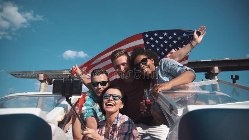 Grupp av ungdomarsom firar 4th av guly arkivfoton