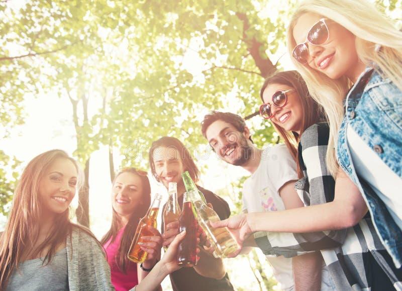 Grupp av ungdomarsom hurrar och att ha gyckel royaltyfria foton