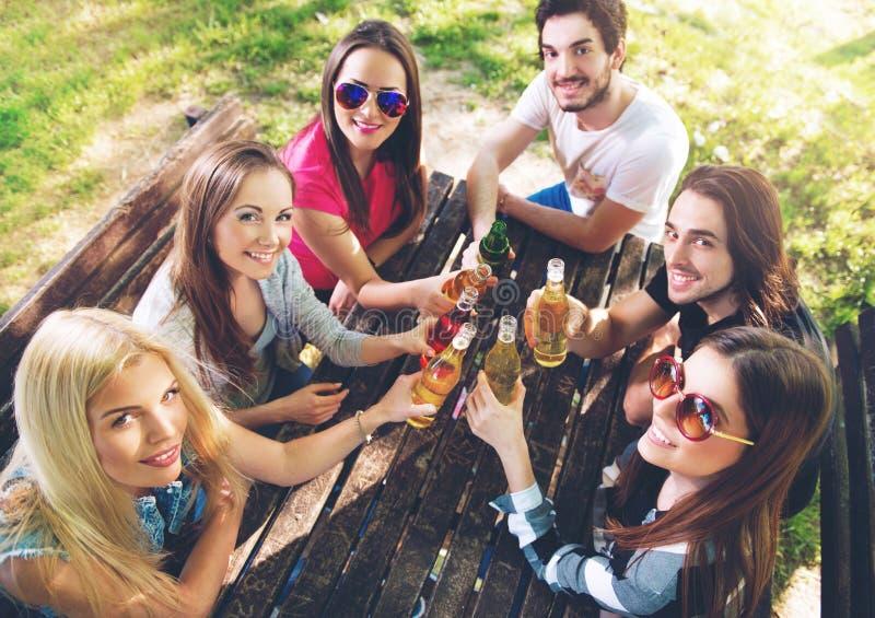 Grupp av ungdomarsom hurrar och att ha gyckel fotografering för bildbyråer