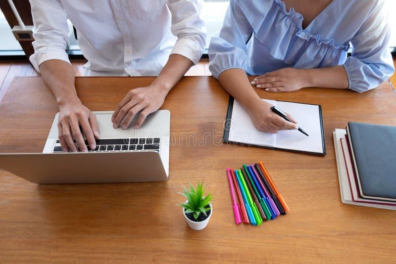 Grupp av ungdomarsom l?r studera kurs i arkiv under att hj?lpa undervisa v?nutbildning f?r att f?rbereda sig f?r examen, ungdomun royaltyfri foto