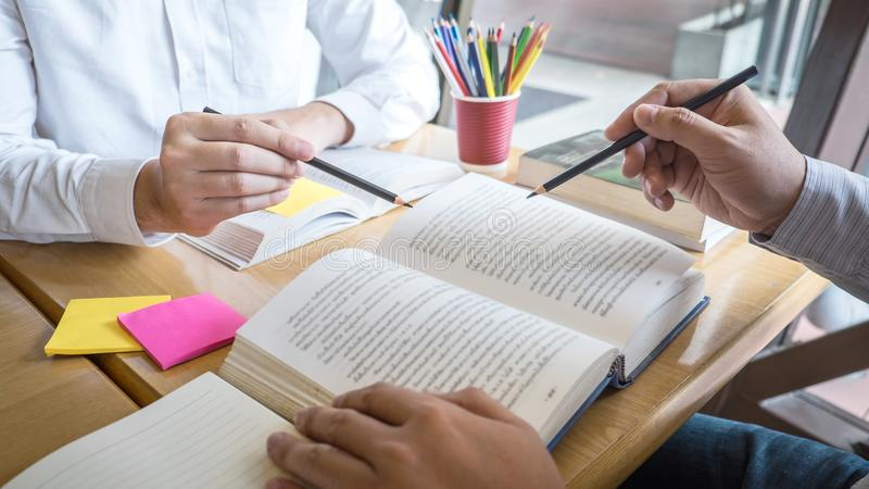 Grupp av ungdomarsom l?r studera ny kurs till kunskap i arkiv under att hj?lpa undervisa v?nutbildning f?r att f?rbereda sig f?r arkivfoton