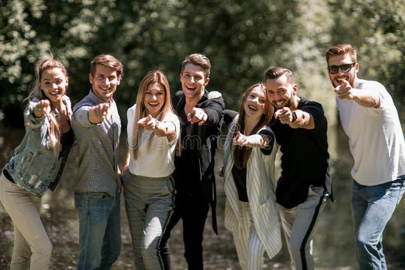 Grupp av ungdomarsom pekar på dig royaltyfria bilder