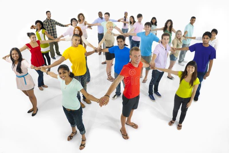Grupp av ungdomarsom rymmer händer royaltyfria foton