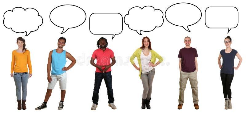 Grupp av ungdomarsom säger åsikt med den anförandebubblan och kopian royaltyfria foton