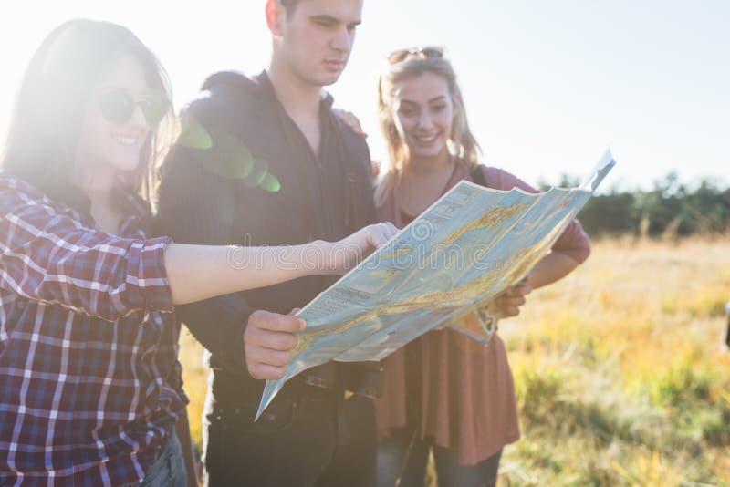 Grupp av ungdomarsom tycker om, i att fotvandra för mounatin royaltyfria bilder