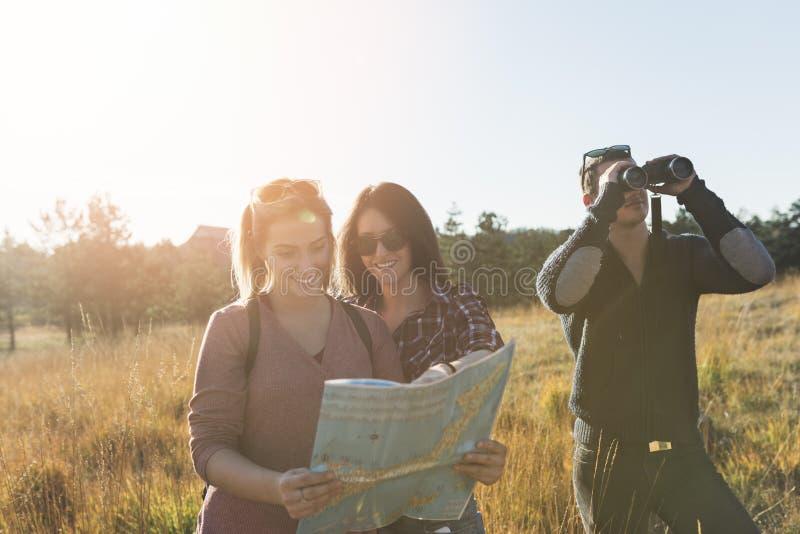 Grupp av ungdomarsom tycker om, i att fotvandra för mounatin fotografering för bildbyråer