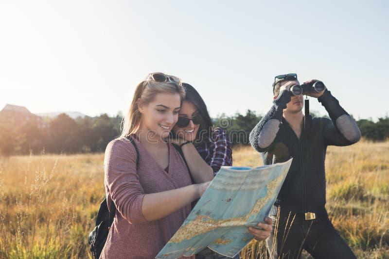 Grupp av ungdomarsom tycker om, i att fotvandra för mounatin arkivbild