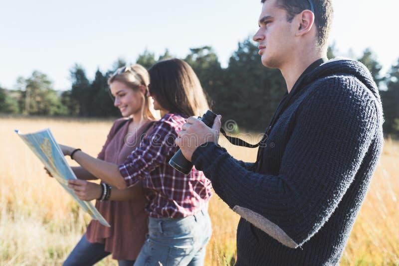 Grupp av ungdomarsom tycker om, i att fotvandra för mounatin royaltyfri bild