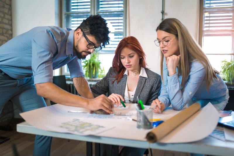Grupp av ungt affärsfolk i smarta tillfälliga kläder som tillsammans arbetar arkivbilder