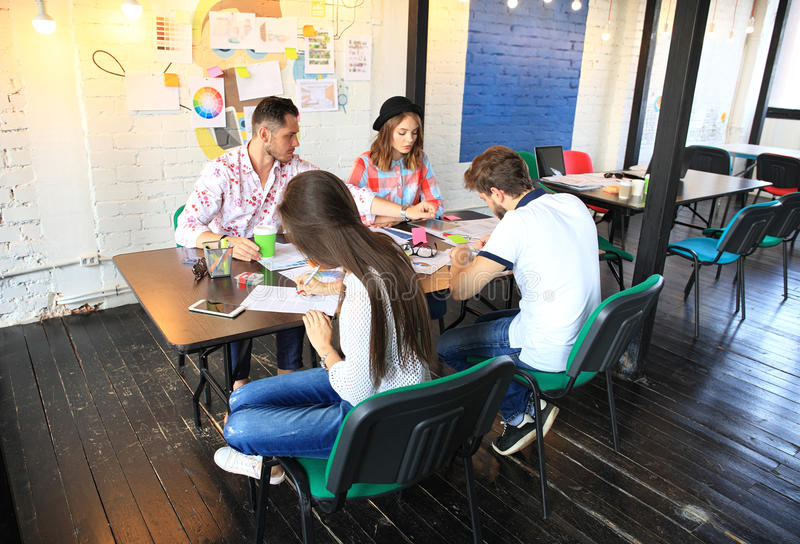Grupp av ungt affärsfolk och formgivare Dem som arbetar på nytt projekt Startup begrepp royaltyfria bilder