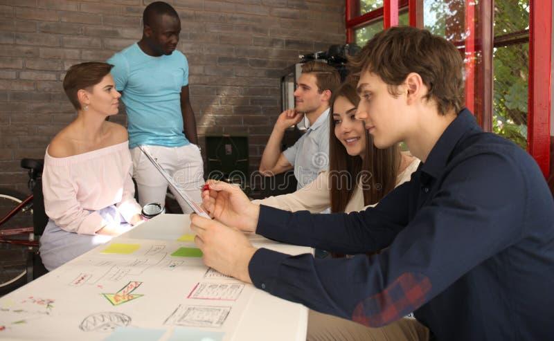 Grupp av ungt affärsfolk och formgivare Dem som arbetar på nytt projekt Startup begrepp royaltyfria foton