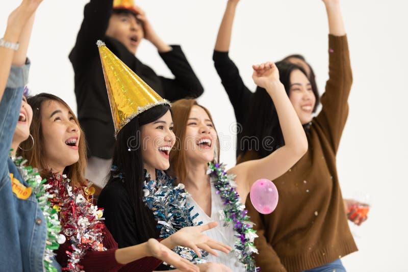 Grupp av ungt affärsfolk som firar på vit bakgrund I arkivfoton
