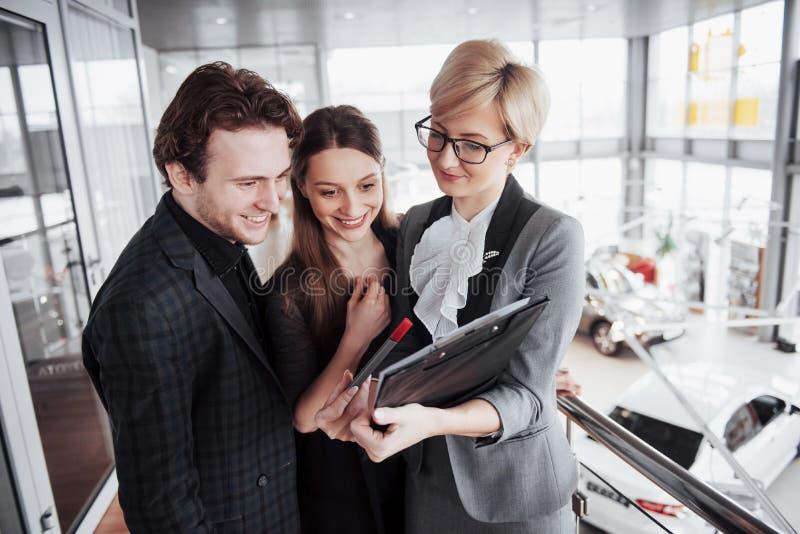 Grupp av ungt affärsfolk som tillsammans arbetar i stort coworking kontor Marknadsföringsavdelning som diskuterar produktplan royaltyfria bilder