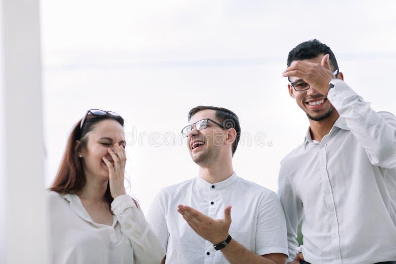 Grupp av ungt lyckat folk som tillsammans står royaltyfri foto