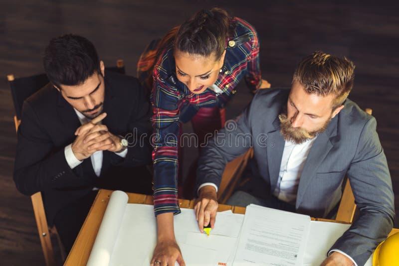 Grupp av upptaget affärsfolk som i regeringsställning arbetar, bästa sikt royaltyfri foto