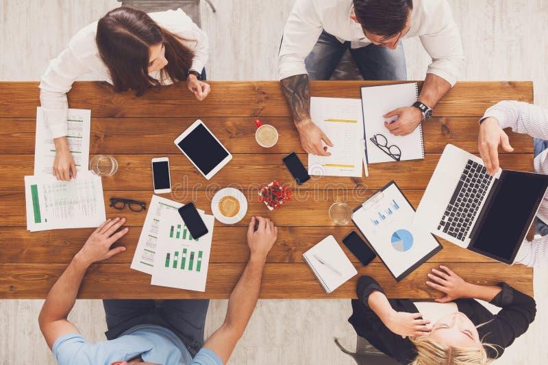 Grupp av upptaget affärsfolk som i regeringsställning arbetar, bästa sikt arkivfoton