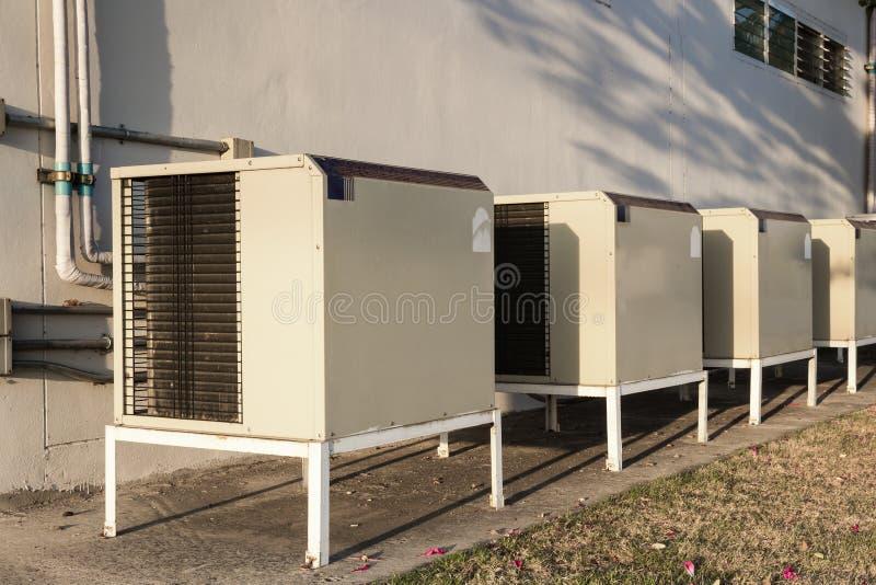 Grupp av utomhus- enheter för luftkonditioneringsapparat förutom som bygger arkivfoto