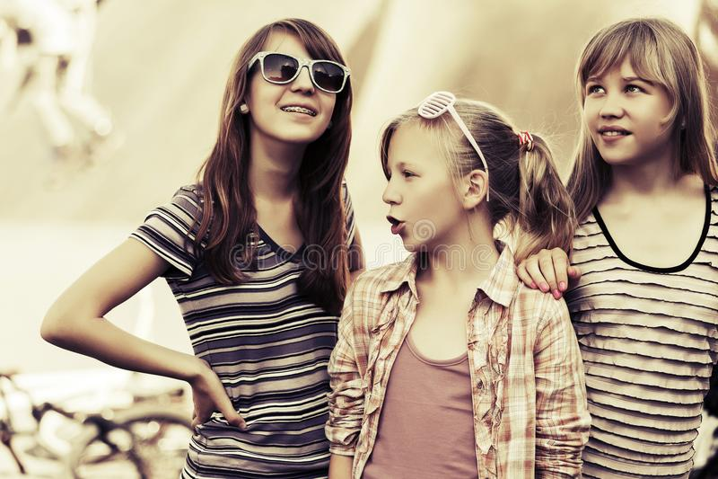 Grupp av utomhus- lyckliga tonåriga flickor arkivfoto