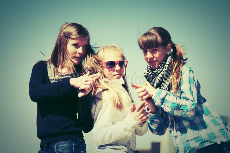 Grupp av utomhus- lyckliga tonåriga flickor arkivbild
