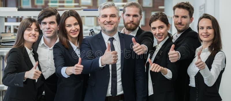 Grupp av vänliga businesspeople royaltyfria bilder