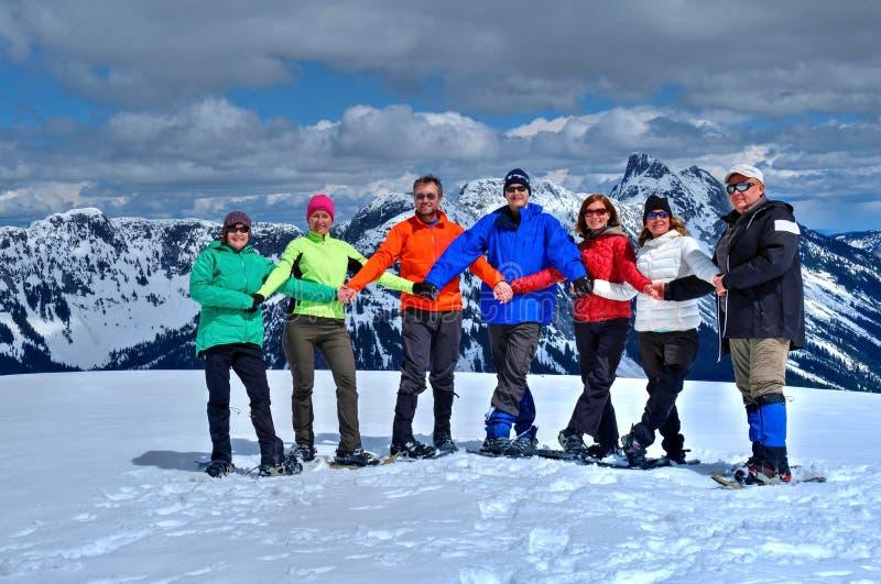 Grupp av vänner i berg som har gyckel arkivbilder