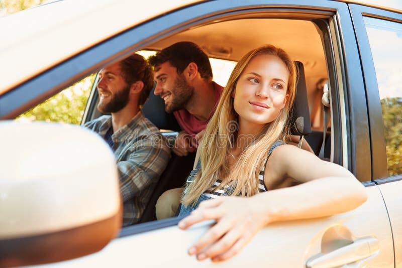 Grupp av vänner i bil på vägtur tillsammans royaltyfria bilder