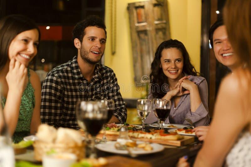 Grupp av vänner i en restaurang arkivfoton