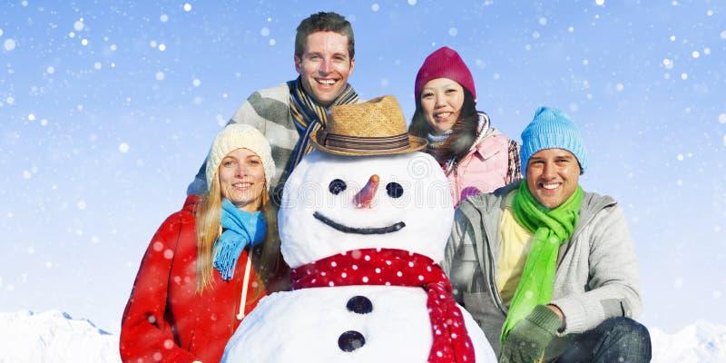 Grupp av vänner i snön som ler gladlynt begrepp royaltyfri fotografi