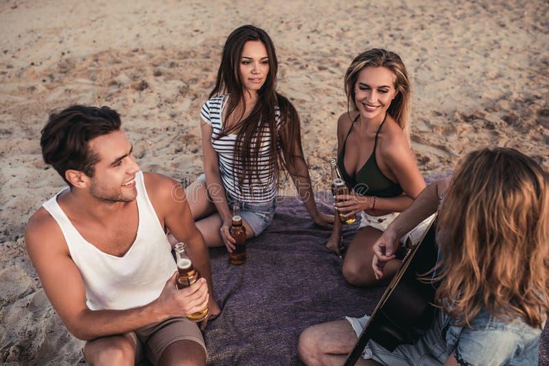 Grupp av vänner på stranden royaltyfria bilder