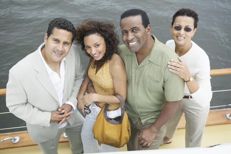 Grupp av vänner på yachten arkivbilder