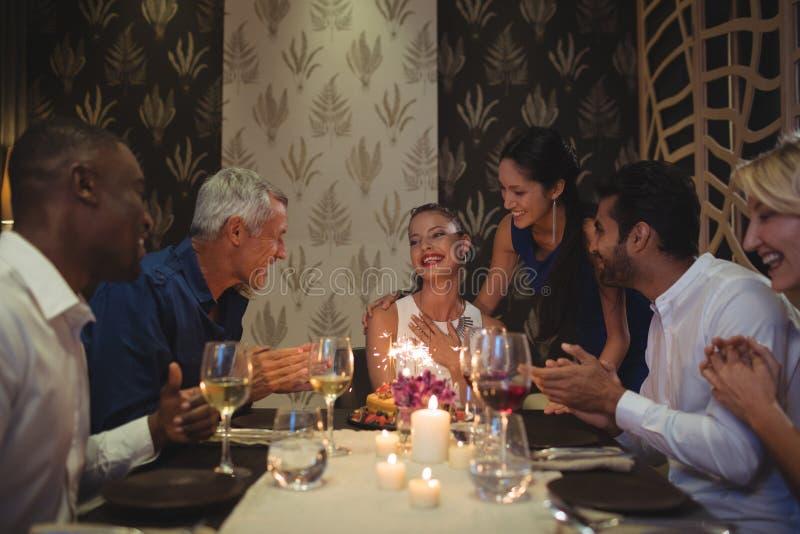 Grupp av vänner som firar födelsedag royaltyfria foton