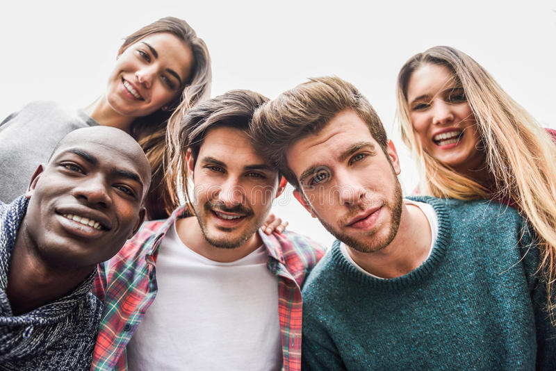 Grupp av vänner som har gyckel tillsammans utomhus arkivfoton