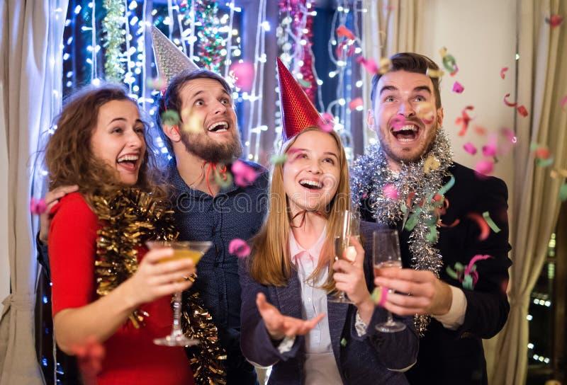 Grupp av vänner som har partiet på helgdagsafton för nya år arkivfoton