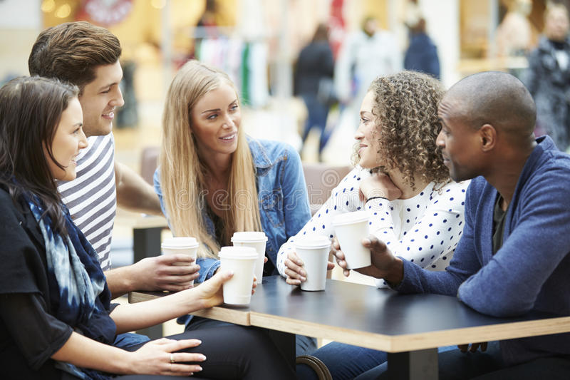Grupp av vänner som möter i shoppinggalleriaCafÅ ½ arkivfoton