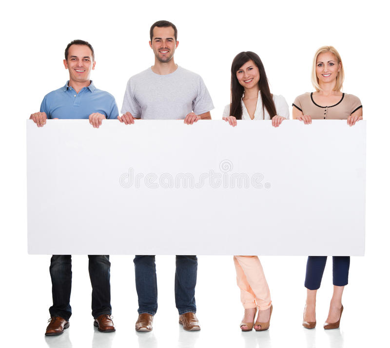 Grupp av vänner som rymmer plakatet arkivbilder