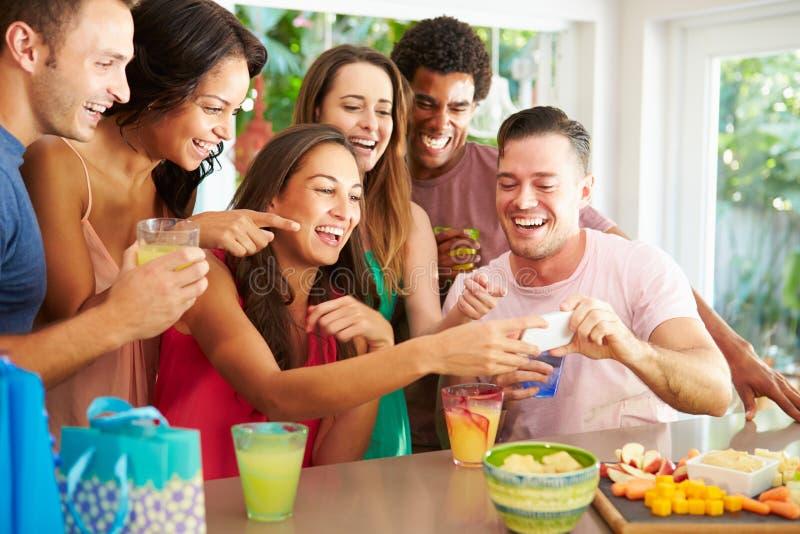 Grupp av vänner som tar den Selfie stunden som firar födelsedag arkivbild