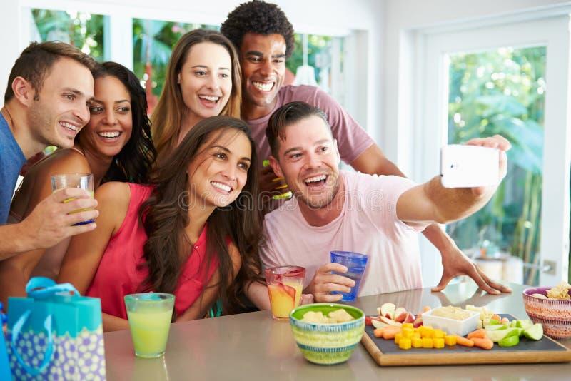 Grupp av vänner som tar den Selfie stunden som firar födelsedag arkivbilder