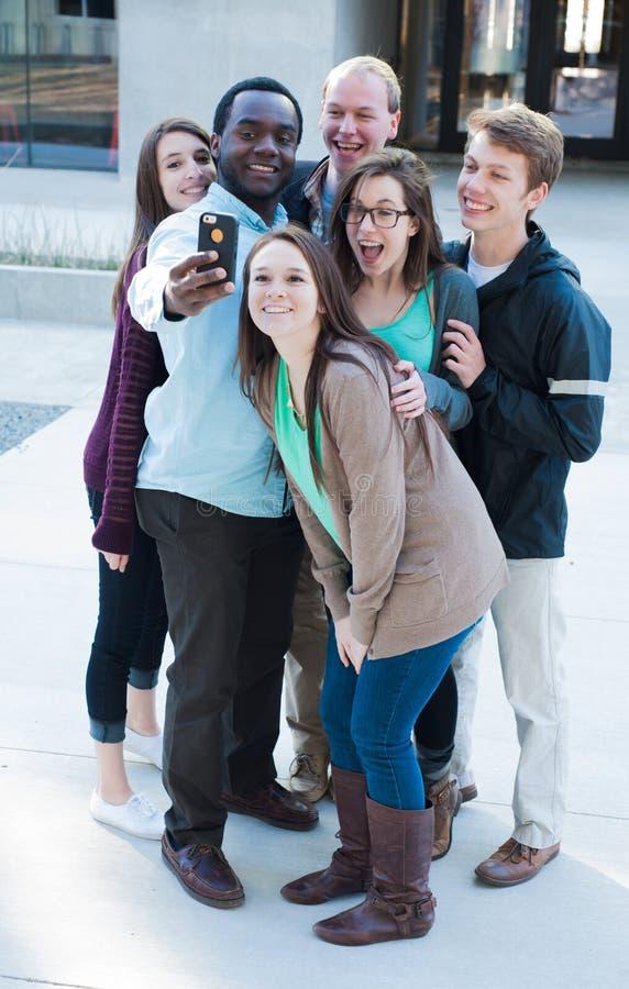 Grupp av vänner som tar en Selfie arkivbild