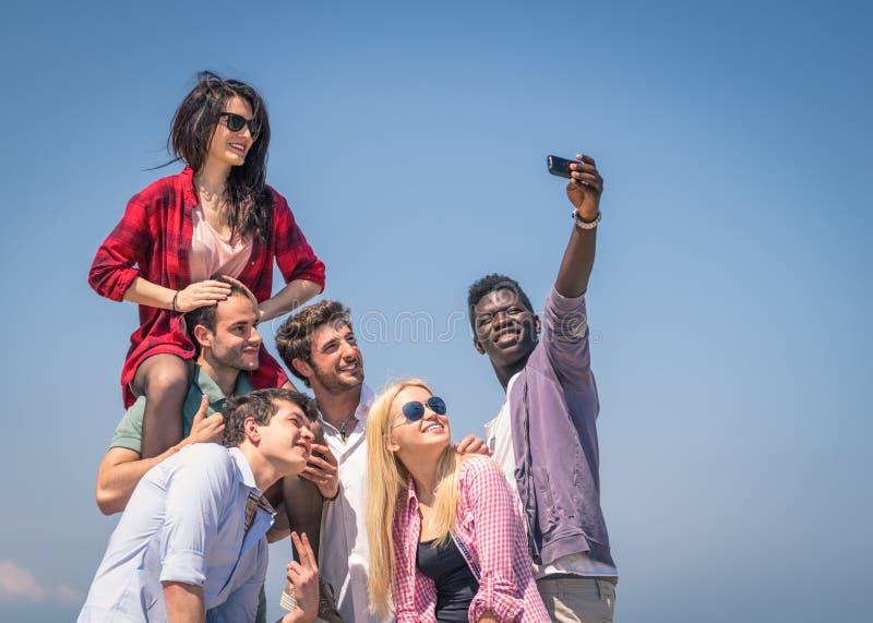 Grupp av vänner som tar självståenden arkivfoto