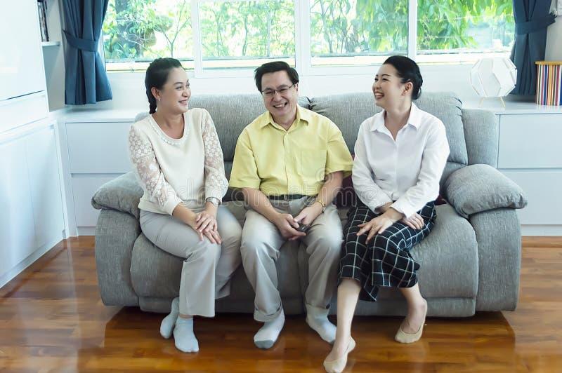 Grupp av vänner som tillsammans håller ögonen på tv hemma royaltyfri fotografi