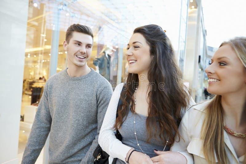 Grupp av vänner som tillsammans shoppar i galleria arkivfoton