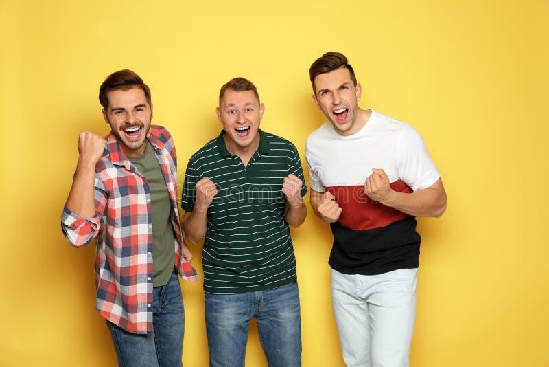 Grupp av vänner som tillsammans skrattar arkivbilder